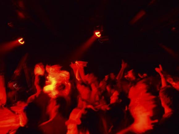 Interior de discoteca con adolescentes bailando