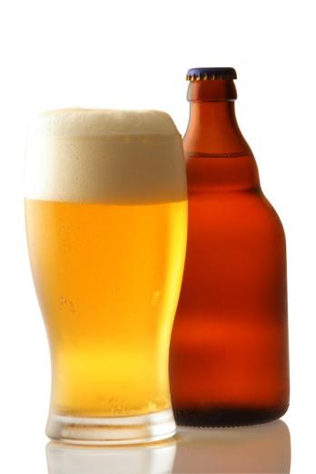 Vaso de cerveza y botellín cerrado