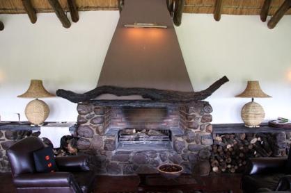 Salón rústico con chimenea y troncos