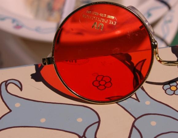 gafas redondas de sol con el cristal rojo