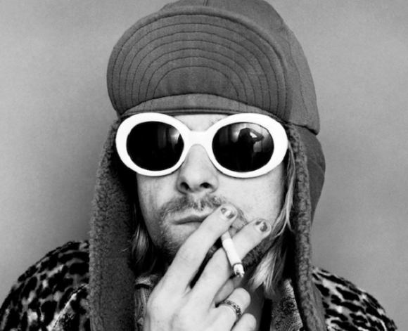 Kurt Kobain con gafas grandes de sol con montura blanca
