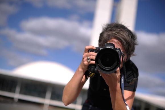 Fotógrafo de fotografía para ecommerce trabajando en exterior