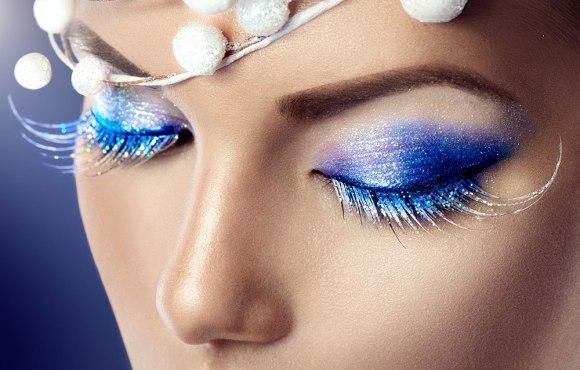 maquilla de fantasía para fiesta con purpurina azul